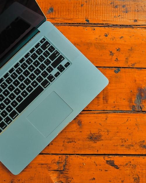 Computer portatile sul fondo della tavola dell'ufficio. Foto Premium