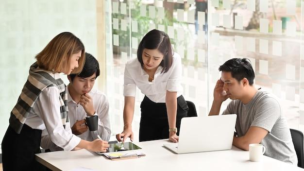 Comunicazione di giovani imprenditori Foto Premium