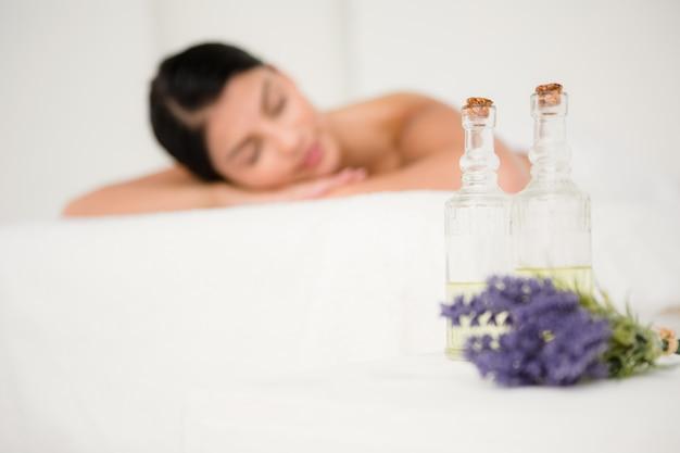Concentrarsi su due bottiglie di olio da massaggio Foto Premium