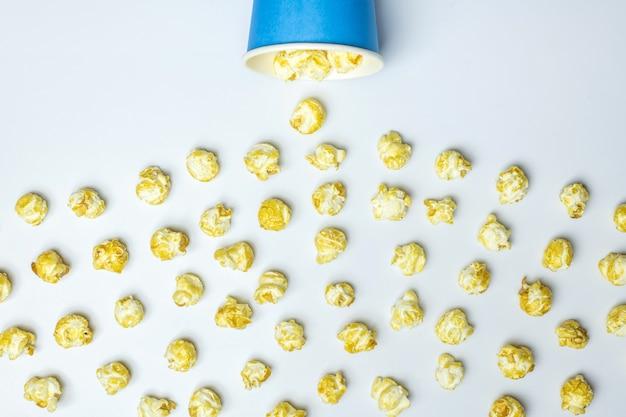 Concep di sversamenti di popcorn Foto Premium