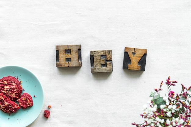 Concetto antico di saluto hey di ortografia del cubo della lettera di lerciume Foto Gratuite