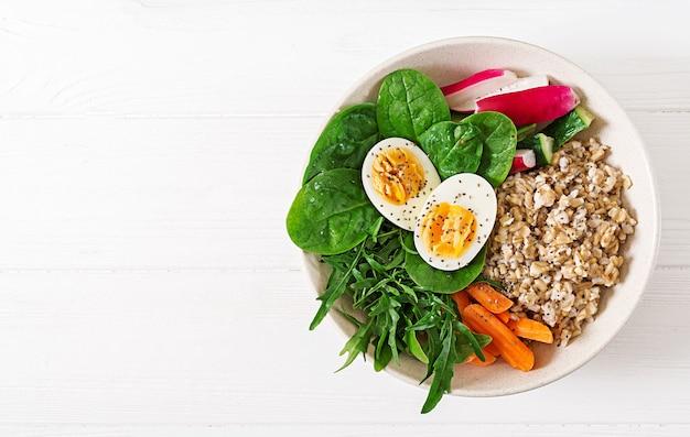 Concetto cibo sano e stile di vita sportivo. pranzo vegetariano colazione salutare. Foto Premium