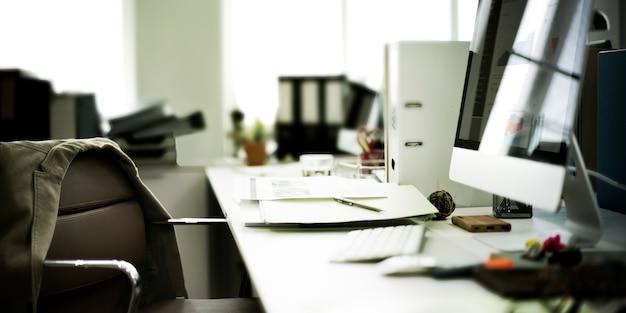 Concetto contemporaneo degli articoli per ufficio del posto di lavoro della stanza Foto Gratuite