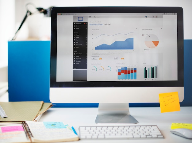 Concetto del computer di vendita di strategia di successo di crescita del grafico Foto Gratuite