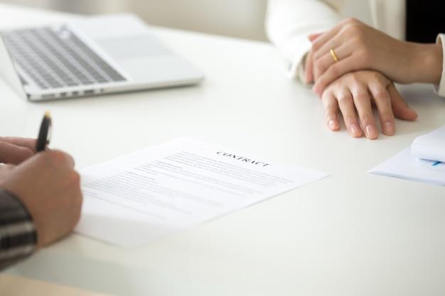 Concetto del contratto di affari di firma, uomo che mette firma sul documento legale Foto Gratuite