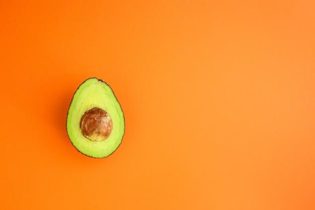 Concetto del menu principale dell'avocado (frutta verde e matura, vitamine) Foto Premium