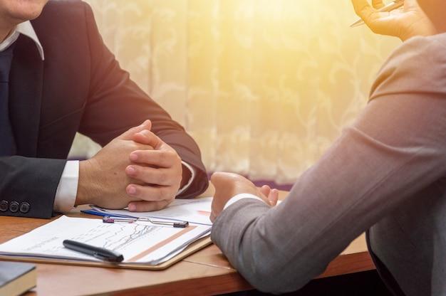 Concetto dell'ufficio e di affari, uomo d'affari che ascolta la conversazione del socio commerciale Foto Premium