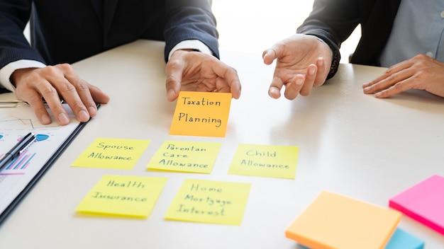 Concetto della gestione patrimoniale, uomo di affari e gruppo che analizzano rendiconto finanziario per la pianificazione del caso finanziario del cliente in ufficio. Foto Premium