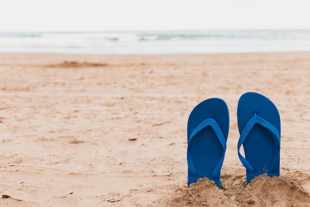 buy online bd70f 48d40 Concetto della spiaggia con le infradito in sabbia ...