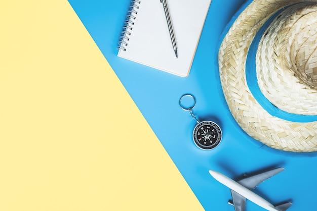 Concetto della spiaggia di viaggio di estate con la moda e gli oggetti di viaggio di estate Foto Premium