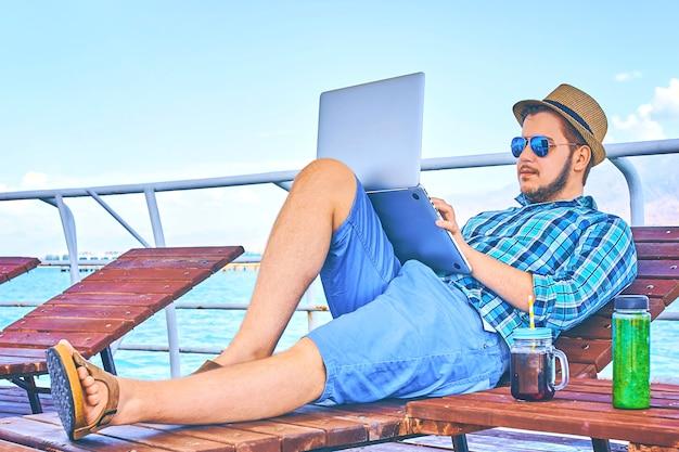 Concetto della spiaggia di viaggio di working holiday business business dell'uomo d'affari. Foto Premium