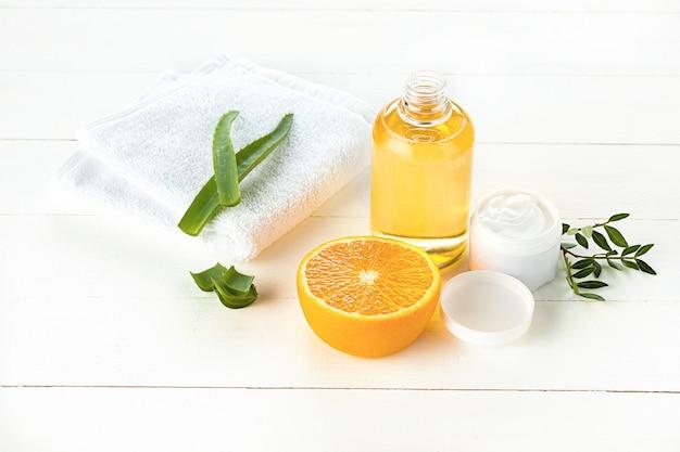 Concetto della stazione termale con sale, menta, lozione, asciugamano su bianco Foto Gratuite