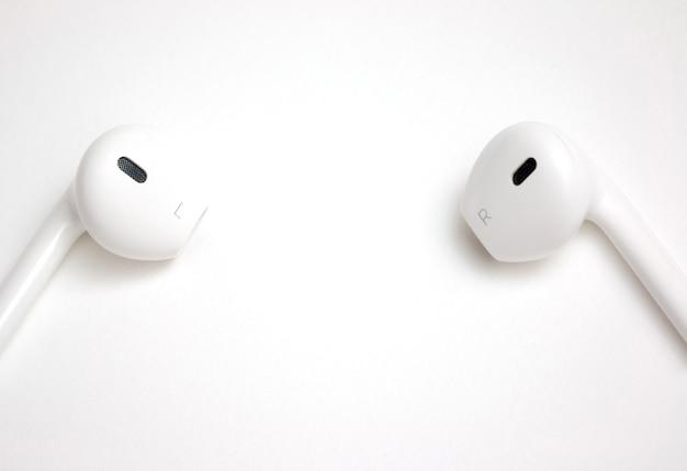 Concetto delle cuffie bianche di musica digitale con lo spazio della copia per la formulazione o l'immagine dell'inserto Foto Premium