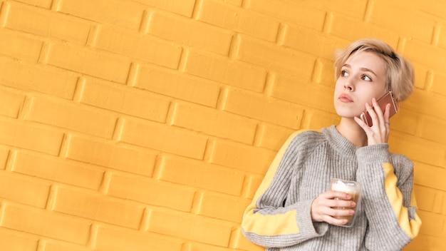 Concetto delle free lance con la donna che chiama davanti alla parete Foto Gratuite