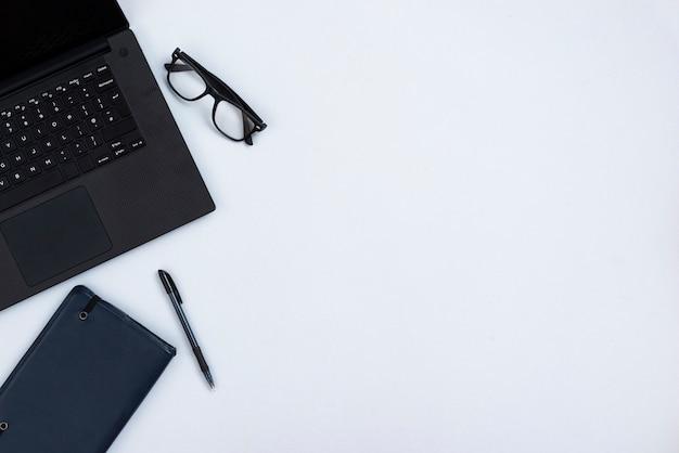 Concetto dello scrittorio di vista superiore con il computer portatile Foto Gratuite
