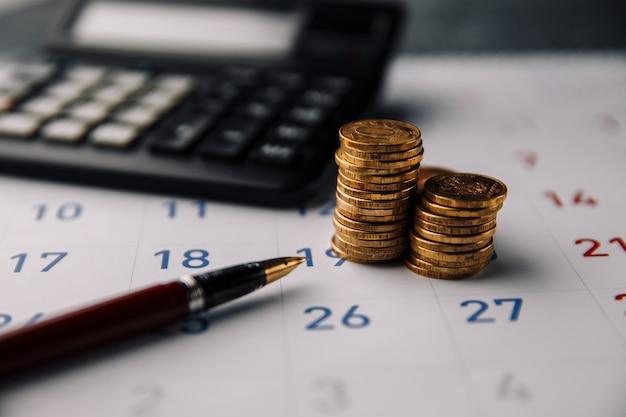 Concetto di affari, finanza e prestito. risparmio mensile e pianificazione del denaro per le spese Foto Premium