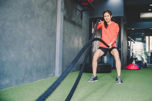 Concetto di allenamento; giovani che praticano allenamento in classe Foto Premium