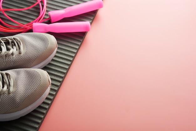Concetto di allenamento scarpe sportive che salta la corda Foto Premium