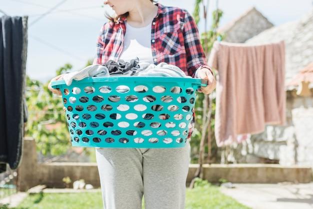 Concetto di appendere i vestiti per asciugare in giardino Foto Gratuite