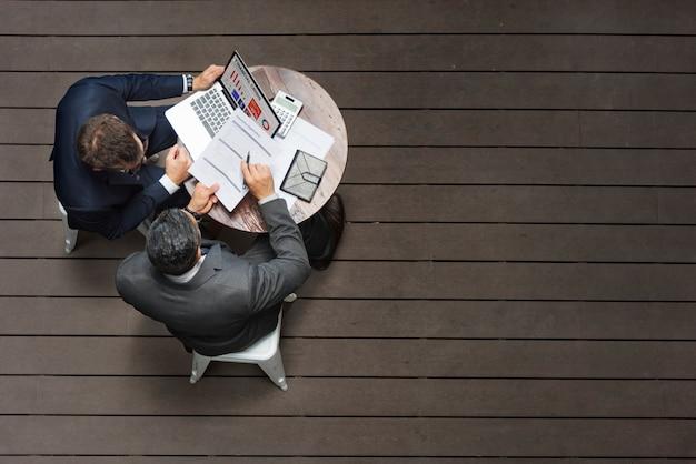 Concetto di applicazione di assicurazione di riunione del caffè di due uomini d'affari Foto Premium