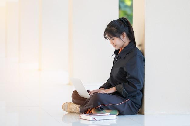 Concetto di apprendimento di apprendimento di istruzione: la ragazza asiatica felice attraente gode di di cercare i wi Foto Premium