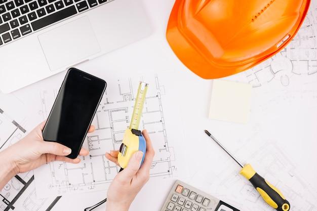 Concetto di architettura con piano di costruzione e smartphone Foto Gratuite