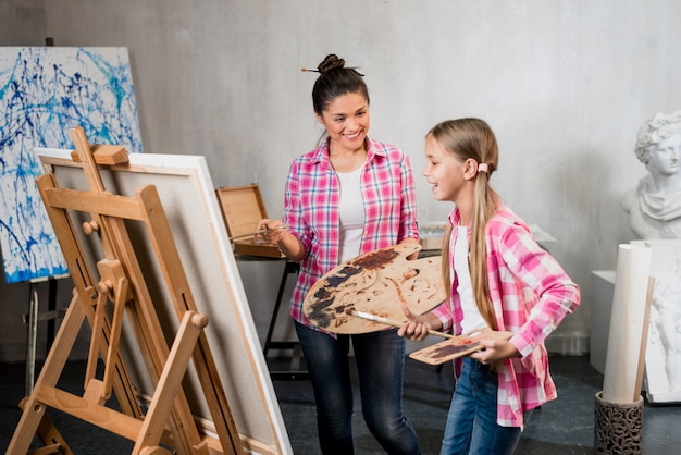 Concetto di artista con madre e figlia Foto Gratuite