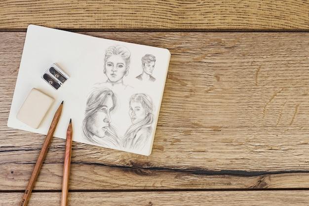 Concetto di artista con notebook e matite Foto Gratuite