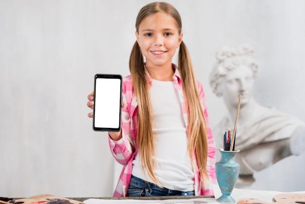 Concetto di artista con ragazza che mostra smartphone Foto Gratuite