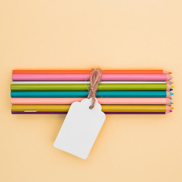 Concetto di artista incantevole con matite colorate Foto Gratuite