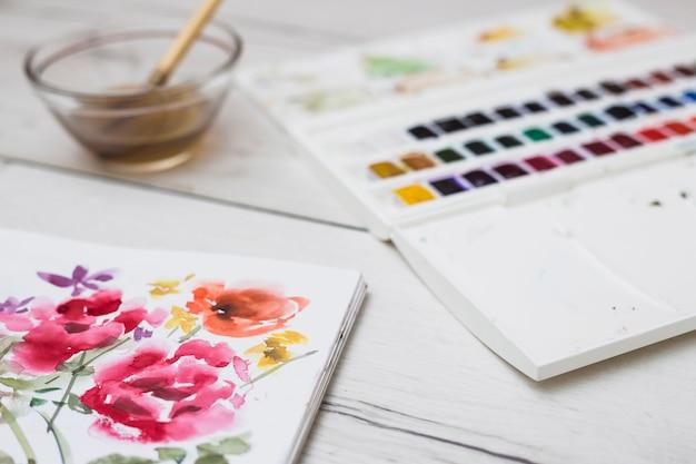 Concetto di artista moderno con pennelli e vernice colorata Foto Gratuite