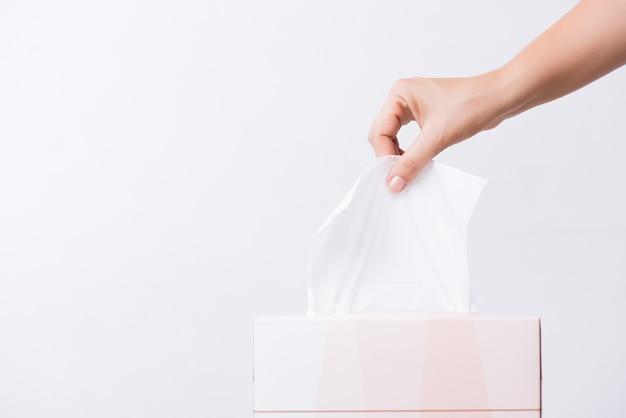 Concetto di assistenza sanitaria. mano donna raccolta carta velina bianca dalla scatola. Foto Premium