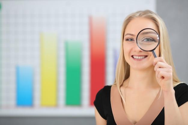 Concetto di business: donna in ricerca attiva Foto Premium