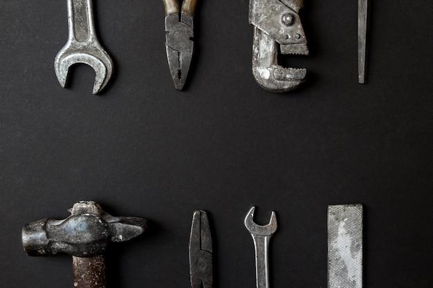 Concetto di cartolina d'auguri di giorno di padri. vecchi strumenti d'annata su fondo di carta nero. distesi. copia spazio Foto Premium