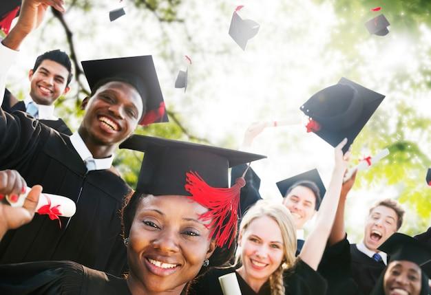 Concetto di celebrazione di successo di graduazione degli studenti di diversità Foto Gratuite