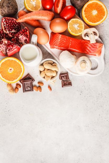 Concetto di cibo allergia. allergie a pesce, uova, agrumi, cioccolato, funghi e noci. Foto Premium