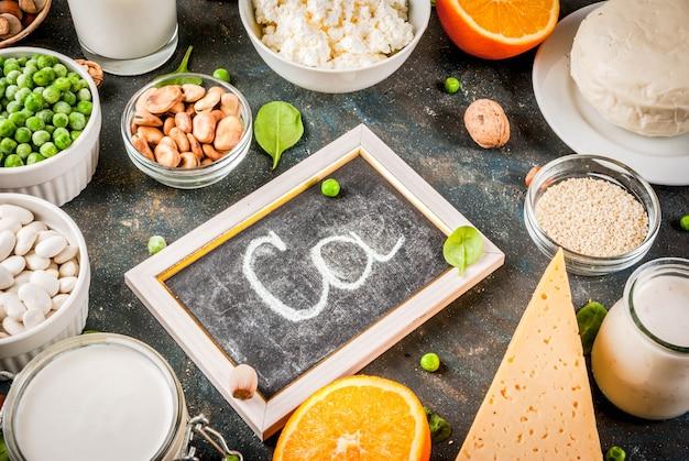 Concetto di cibo sano. set di alimenti ricchi di calcio - prodotti lattiero-caseari e vegani Foto Premium