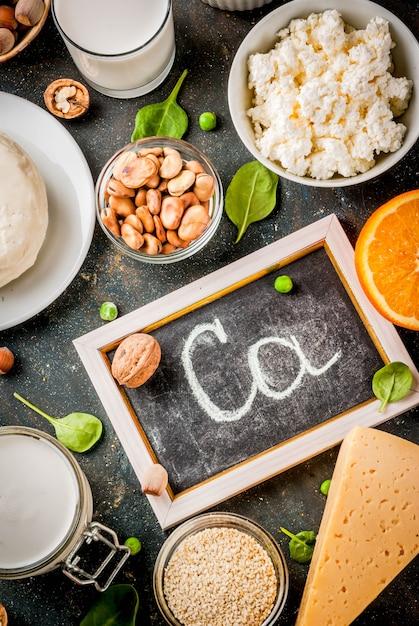 Concetto di cibo sano. set di alimenti ricchi di calcio Foto Premium