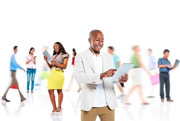 Concetto di comunicazione del dispositivo digitale della gente di diversità Foto Gratuite