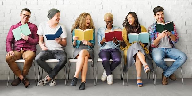 Concetto di conoscenza di istruzione della lettura adulta della gioventù degli studenti Foto Premium