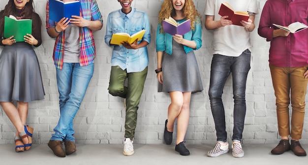 Concetto di conoscenza di istruzione della lettura dell'adulto della gioventù degli studenti Foto Premium