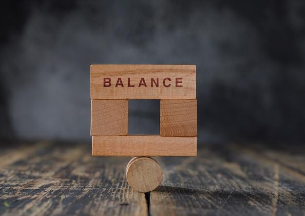 Concetto di contabilità finanziaria e di affari con la vista laterale dei blocchi di legno. Foto Gratuite