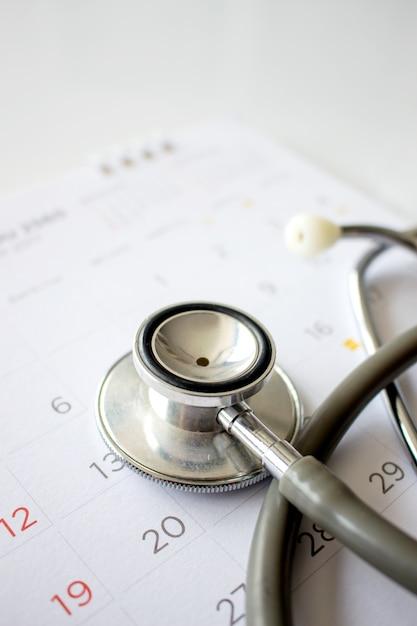 Concetto di controllo annuale. stetoscopio sul calendario Foto Premium