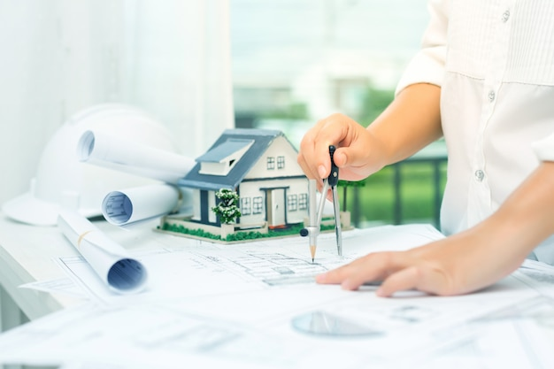 Concetto di costruzione con strumenti di ingegneria Foto Gratuite