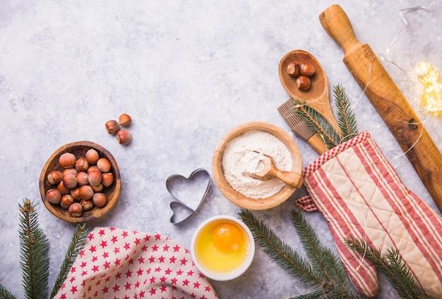 Concetto di cottura dell'inverno di natale, ingredienti per produrre i biscotti, cottura, torte. vista dall'alto Foto Premium