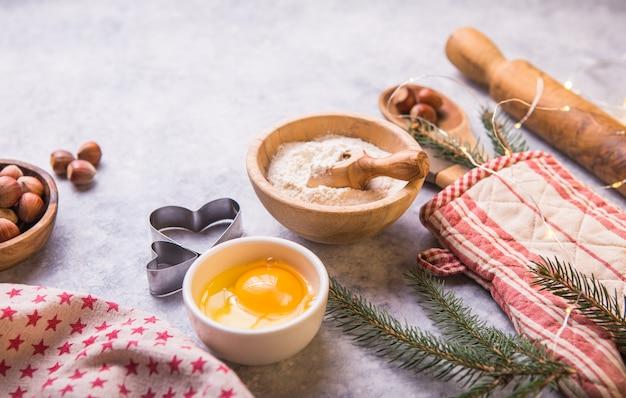 Concetto di cottura dell'inverno di natale, ingredienti per produrre i biscotti, cottura, torte Foto Premium