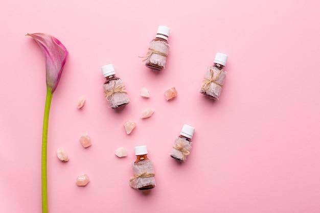 Concetto di cura della pelle. bottiglie con aromi e fiori Foto Premium
