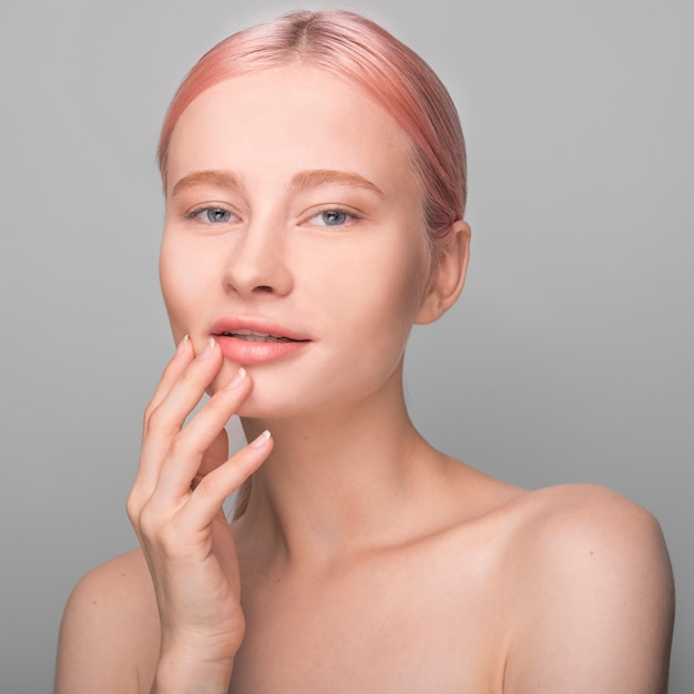Concetto di cura della pelle con una bella donna Foto Gratuite