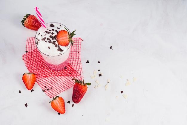 Concetto di delizioso frullato di fragole Foto Gratuite