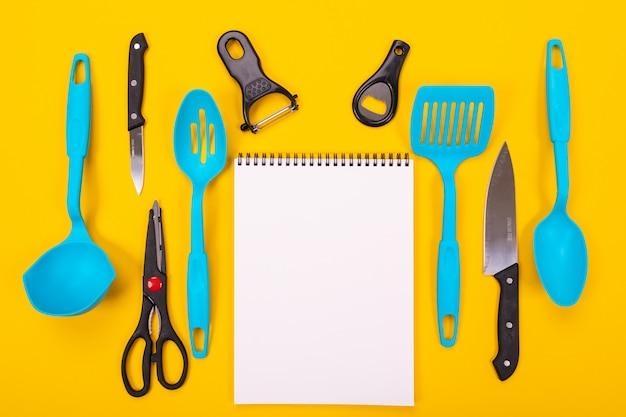 Concetto di design di utensili da cucina isolato su sfondo giallo ...
